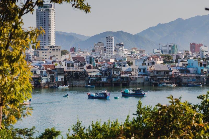 Nha Trang, Vietnam Panorama della città 2017: Pescherecci sul fiume nella città di Nha Trang fotografia stock libera da diritti