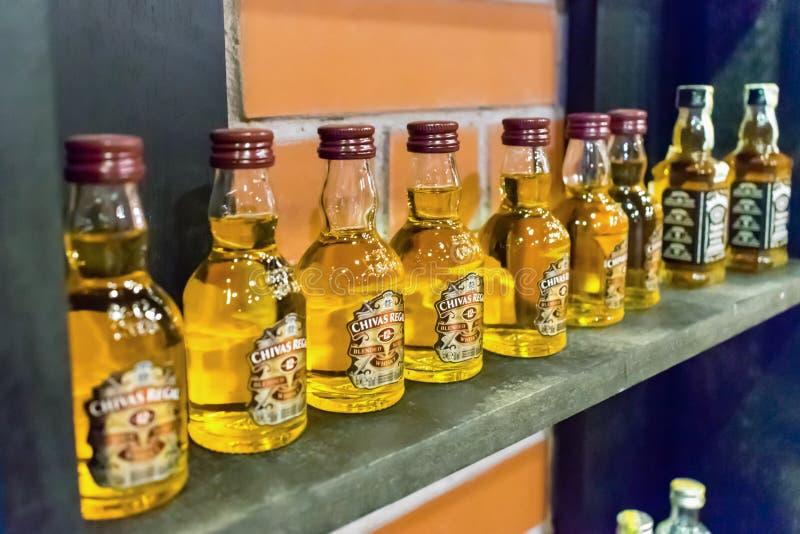 NHA TRANG, VIETNAME - 17 DE ABRIL DE 2019: Uma fileira de garrafas pequenas do álcool na prateleira na loja fotos de stock