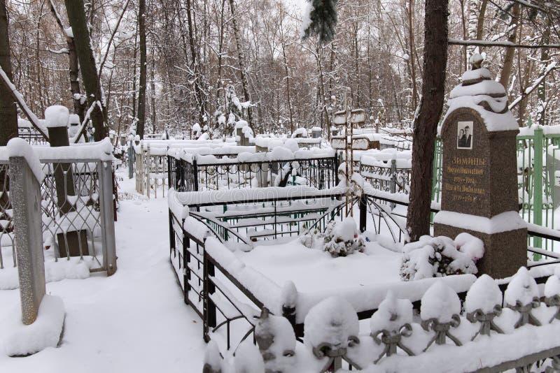 NIžNIJ NOVGOROD, RUSSIA - 7 NOVEMBRE 2016: Cimitero rosso di Bugrovsky all'inverno fotografie stock