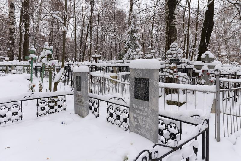 NIžNIJ NOVGOROD, RUSSIA - 7 NOVEMBRE 2016: Cimitero rosso di Bugrovsky all'inverno immagine stock libera da diritti