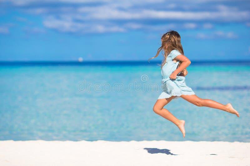 Niña adorable durante las vacaciones de la playa que tienen imagen de archivo libre de regalías