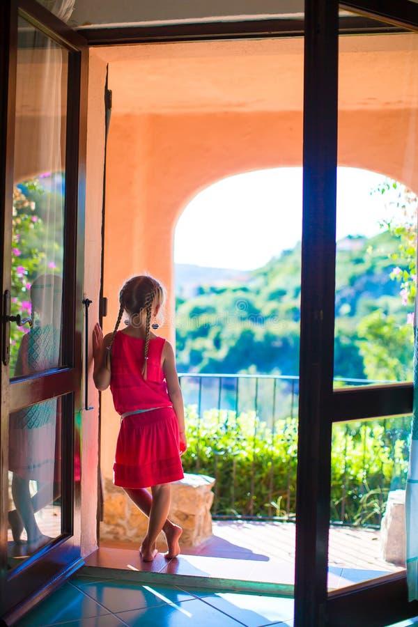Niña adorable en el balcón en exótico fotografía de archivo libre de regalías
