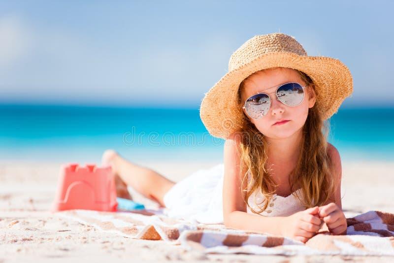 Niña adorable en la playa fotografía de archivo libre de regalías