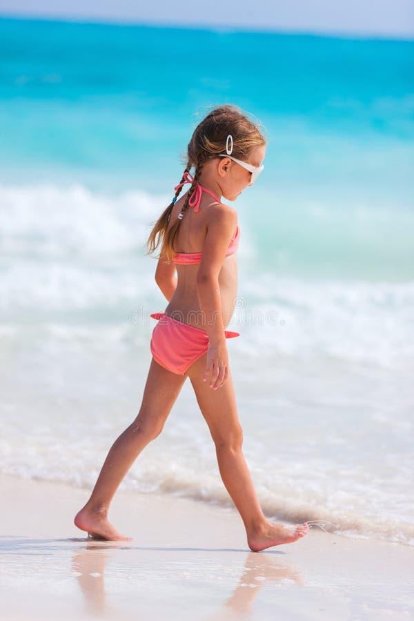 Niña adorable en la playa imágenes de archivo libres de regalías