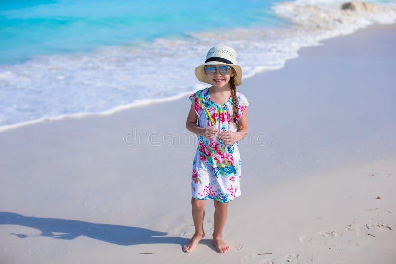 Niña adorable en la playa blanca durante verano fotografía de archivo