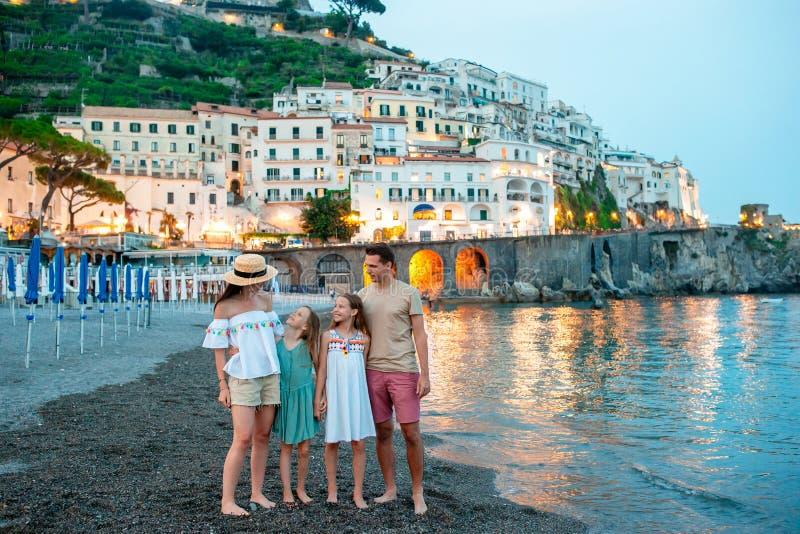 Niña adorable en puesta del sol en la ciudad de Amalfi en Italia imágenes de archivo libres de regalías