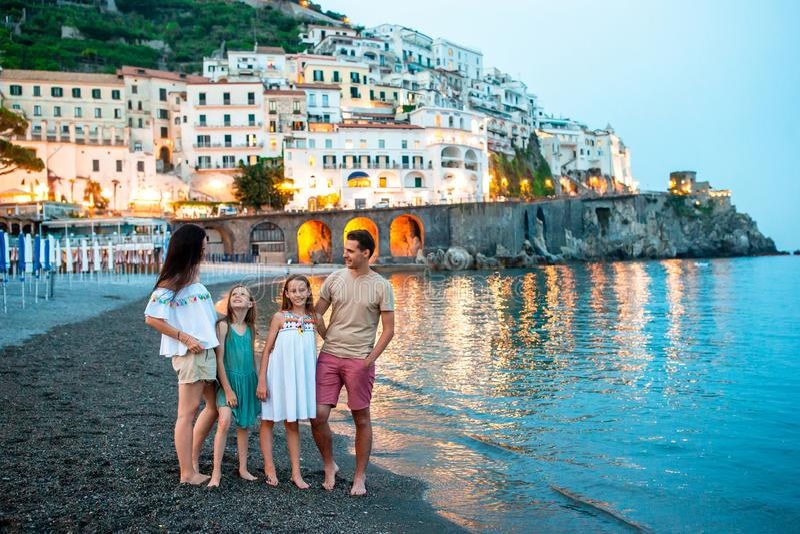 Niña adorable en puesta del sol en la ciudad de Amalfi en Italia foto de archivo libre de regalías