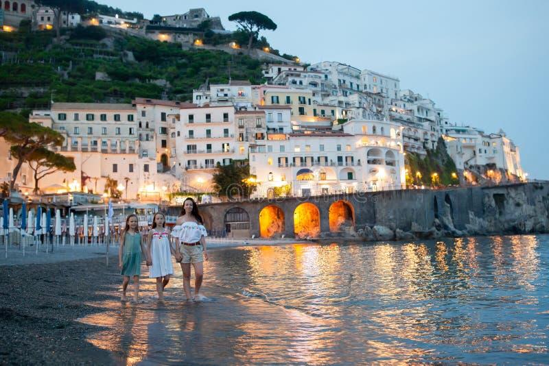 Niña adorable en puesta del sol en la ciudad de Amalfi en Italia imagen de archivo libre de regalías
