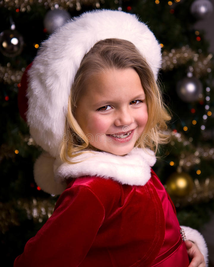 Niña adorable en un sombrero de Santa fotos de archivo