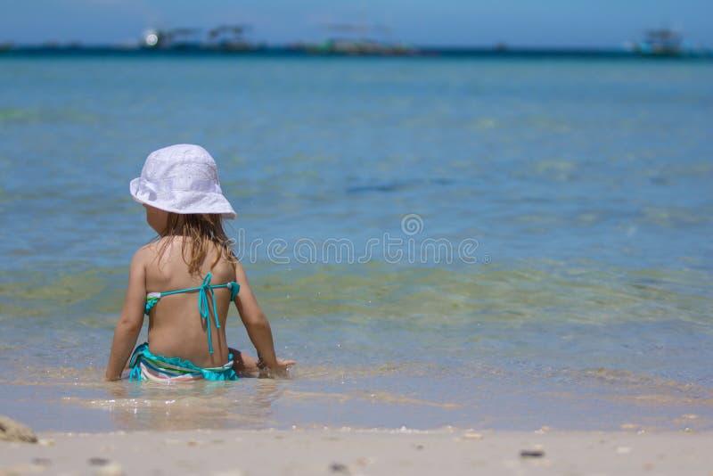 Niña adorable en vacaciones tropicales de la playa fotografía de archivo libre de regalías