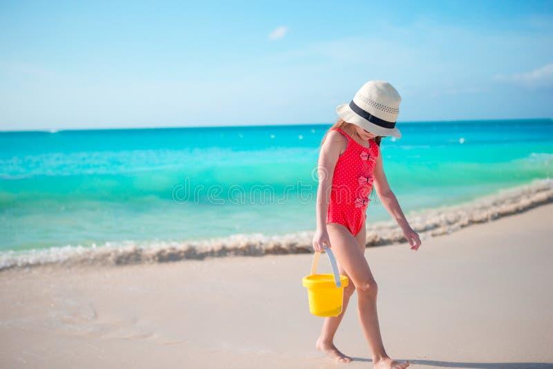 Niña adorable que camina a lo largo de la playa blanca del Caribe de la arena imagen de archivo