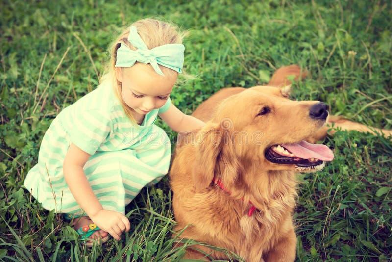 Niña adorable que juega con su perro casero fotos de archivo libres de regalías