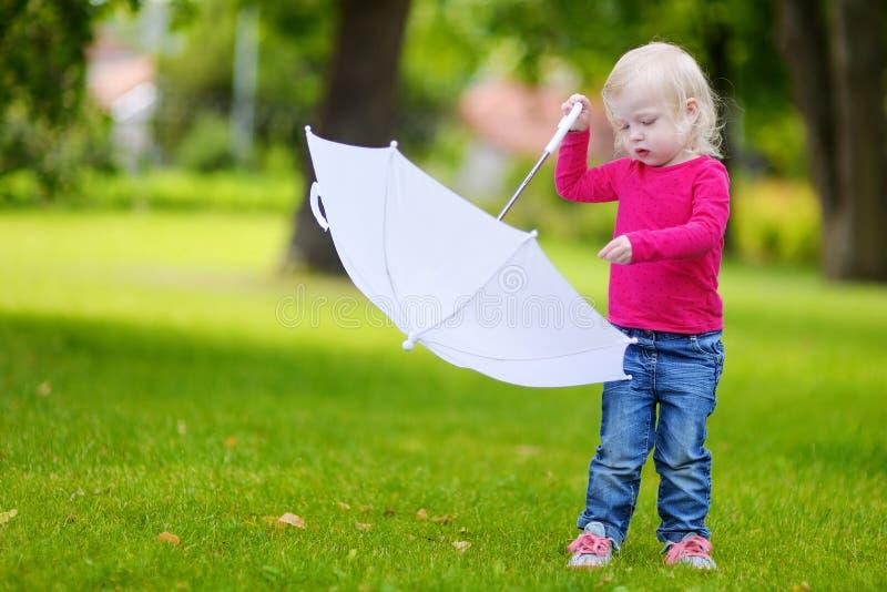 Download Niña Adorable Que Se Divierte Al Aire Libre Foto de archivo - Imagen de hermoso, diversión: 42443226