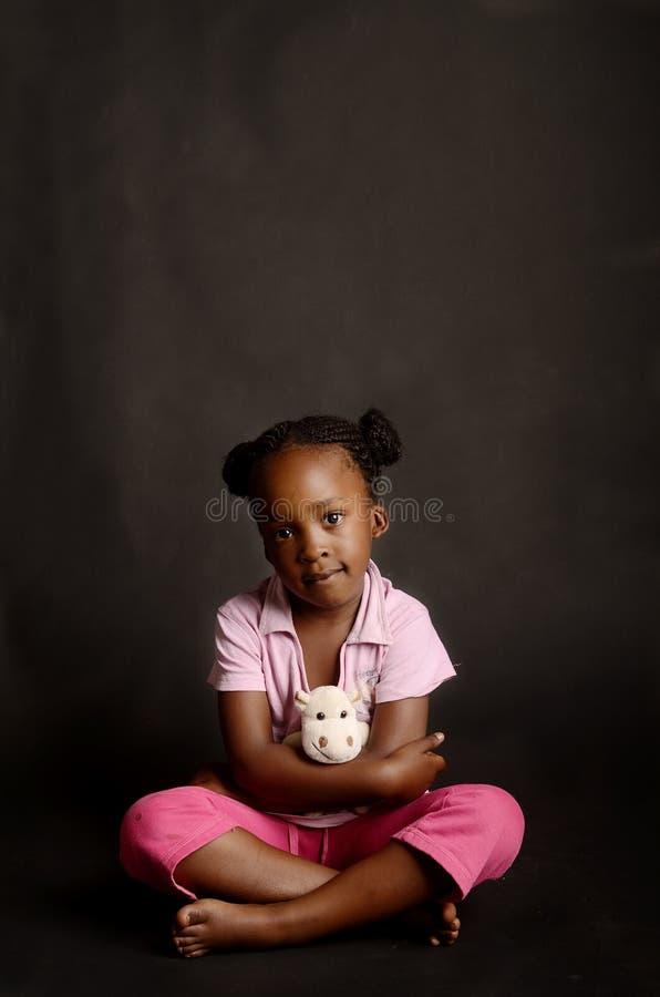 Niña africana triste que se sienta solamente imagen de archivo libre de regalías