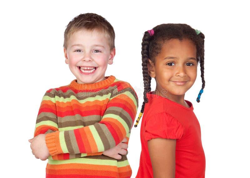 Niña africana y niño rubio caucásico foto de archivo libre de regalías