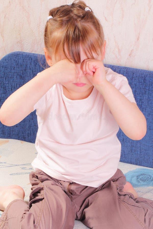 Niña alérgica que rasguña sus ojos fotografía de archivo libre de regalías