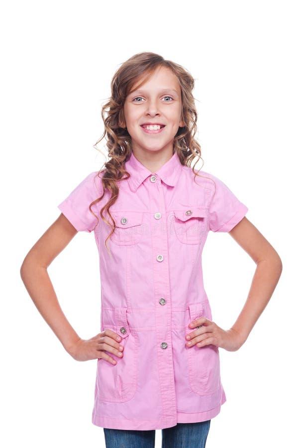 Niña alegre en la presentación rosada de la camisa foto de archivo