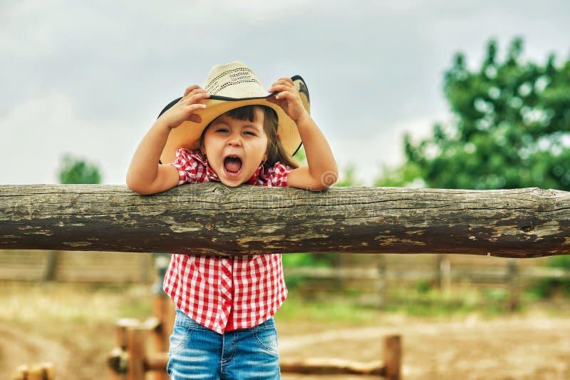 Niña alegre preciosa en un paseo fotografía de archivo