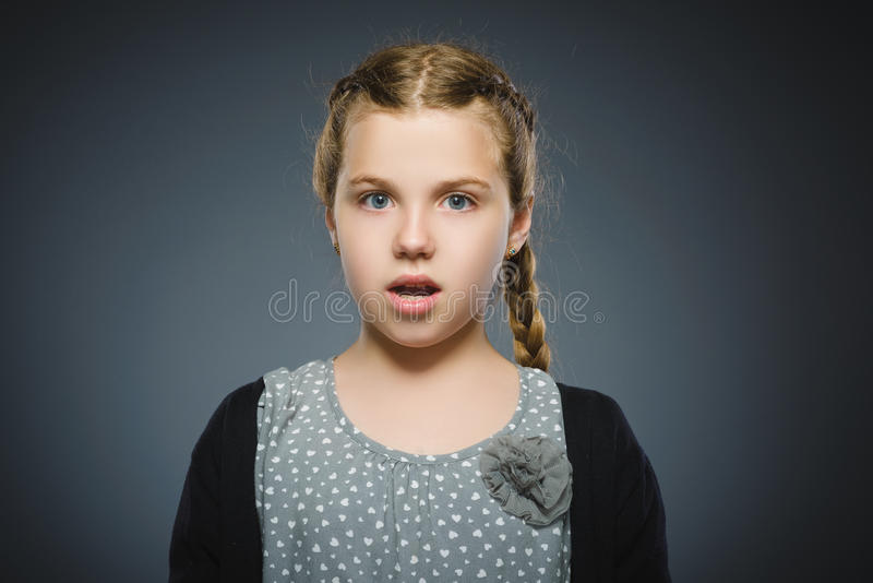 Niña asustada y chocada del primer Expresión humana de la cara de la emoción imagenes de archivo