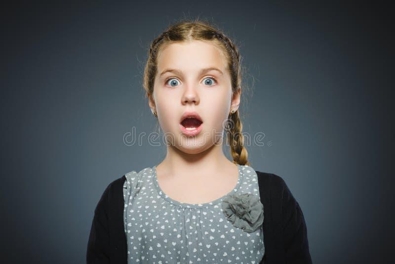 Niña asustada y chocada del primer Expresión humana de la cara de la emoción imagen de archivo libre de regalías