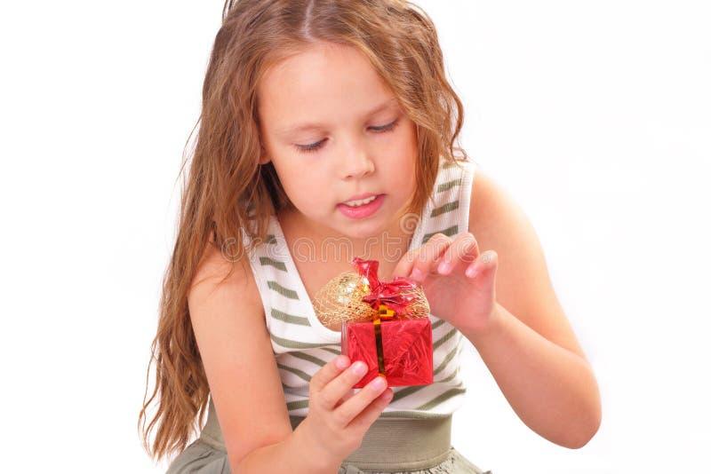 Niña atractiva con un regalo para el día de tarjeta del día de San Valentín del St. foto de archivo libre de regalías