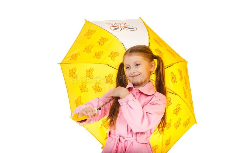 Niña bonita con el paraguas amarillo aislado en el backgr blanco foto de archivo libre de regalías