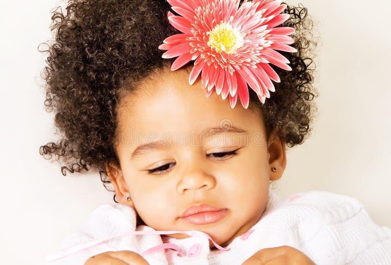 Niña bonita con una flor fotografía de archivo libre de regalías