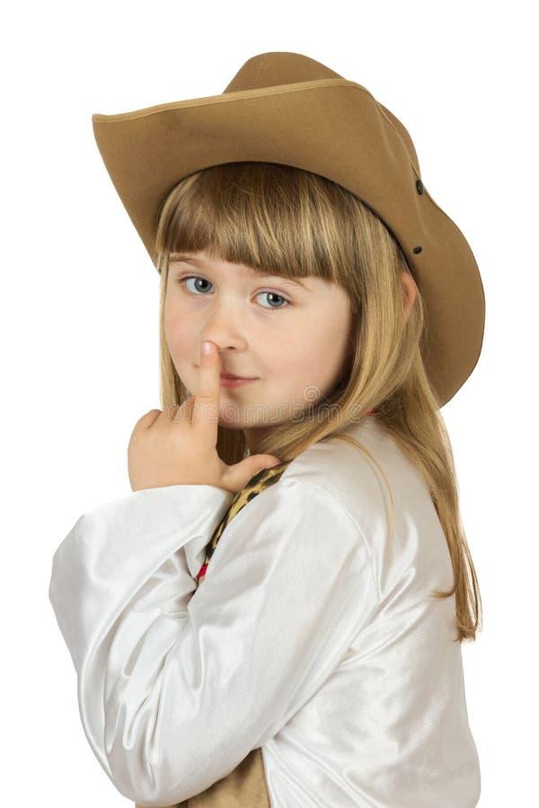 Niña bonita en sombrero de vaquero en el fondo blanco imagen de archivo