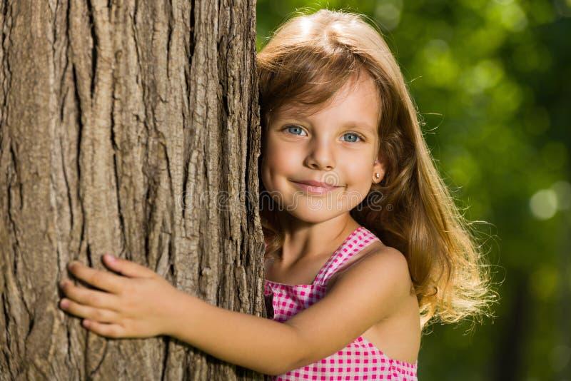 Niña cerca de un árbol imagen de archivo libre de regalías