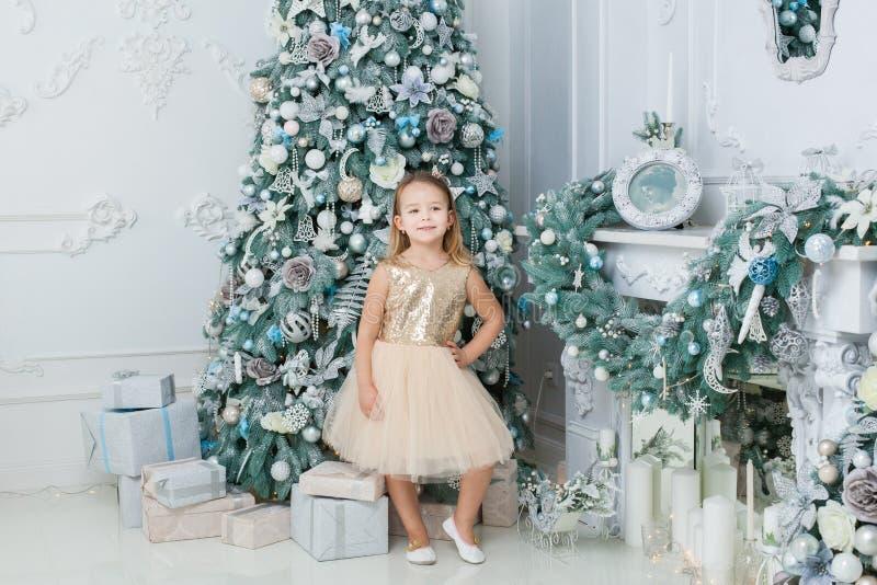 Niña cerca del árbol de navidad imagen de archivo