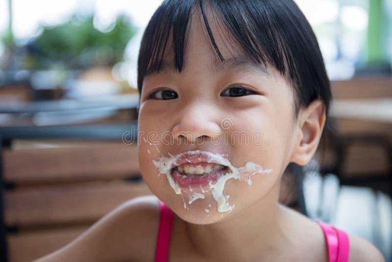 Niña china asiática que come los espaguetis fotos de archivo