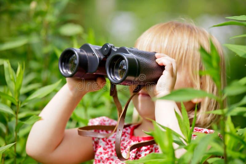 Niña con binocular fotografía de archivo libre de regalías