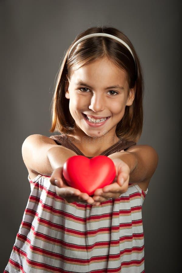 Niña con el corazón rojo imagen de archivo libre de regalías