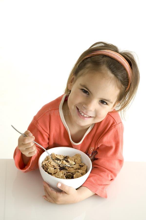 Niña con el desayuno foto de archivo