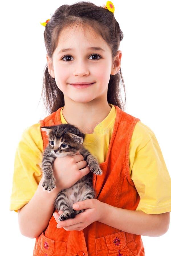 Niña con el gatito en manos imagenes de archivo