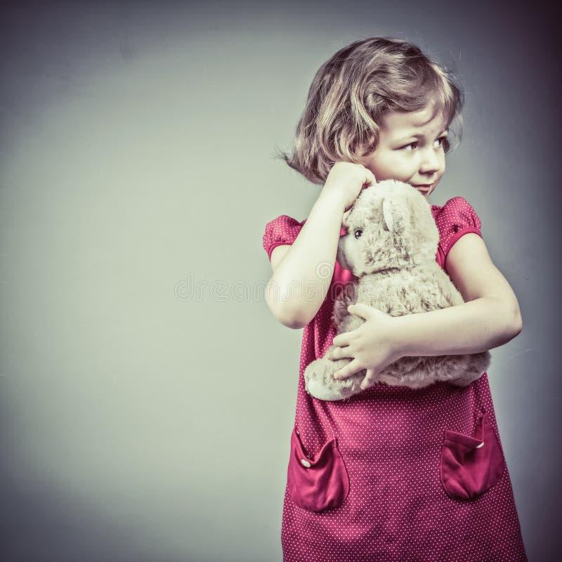 niña con el oso de peluche imagen de archivo