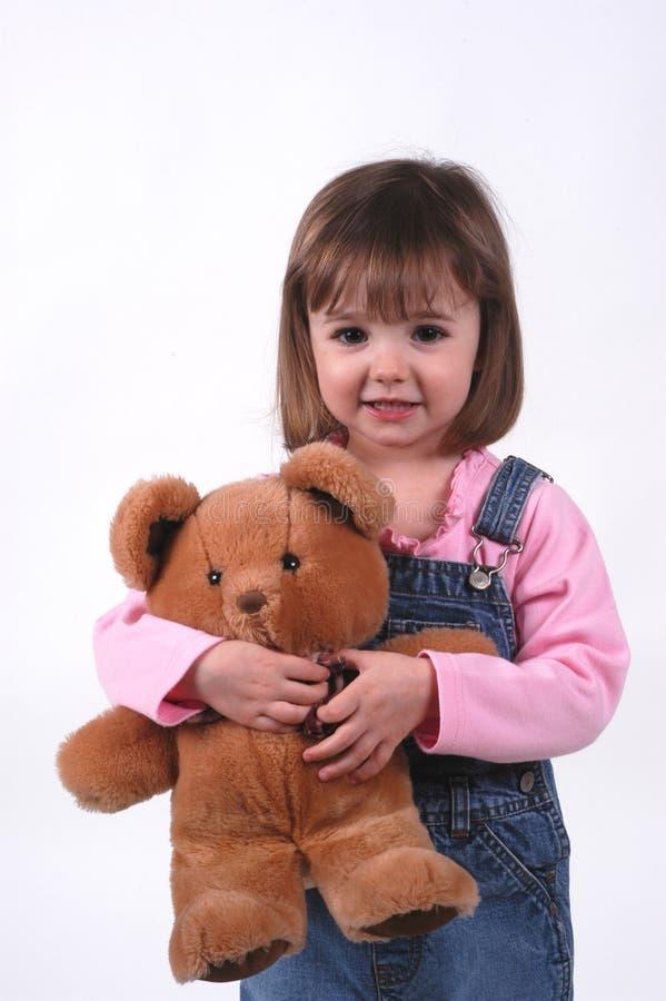 Niña con el oso del peluche imagenes de archivo