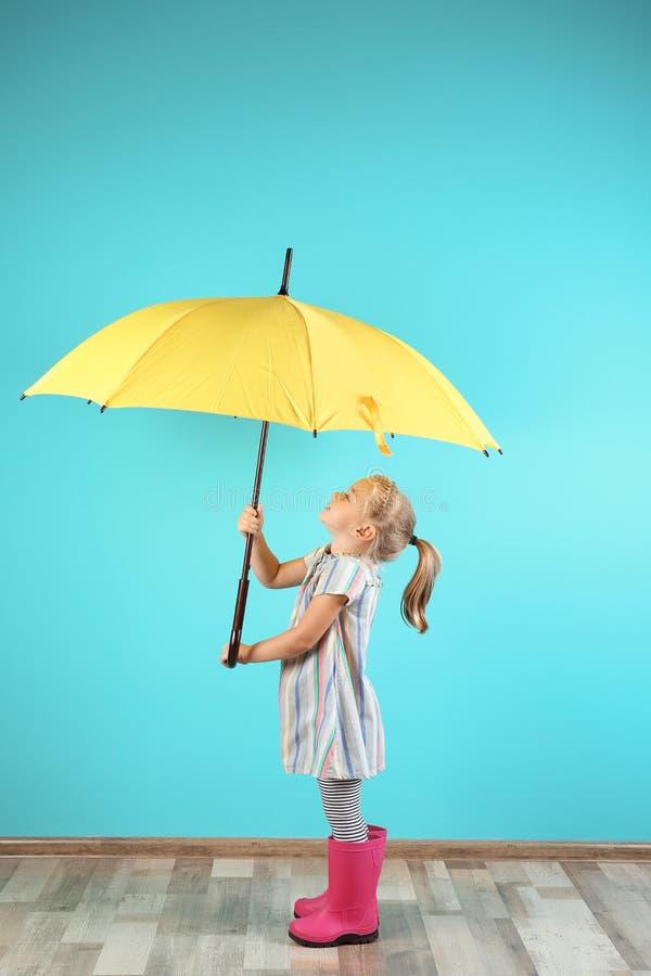 Niña con el paraguas amarillo fotografía de archivo libre de regalías