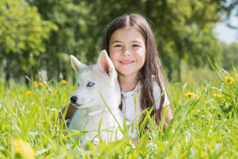 Niña con el perrito fornido imagen de archivo