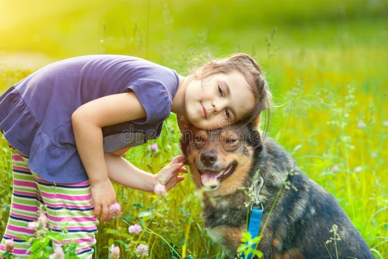 Niña con el perro imagen de archivo libre de regalías