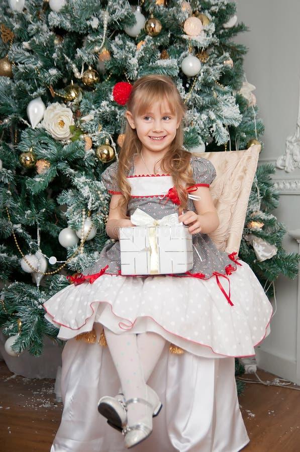 Niña con el regalo de la Navidad Sonrisa imágenes de archivo libres de regalías