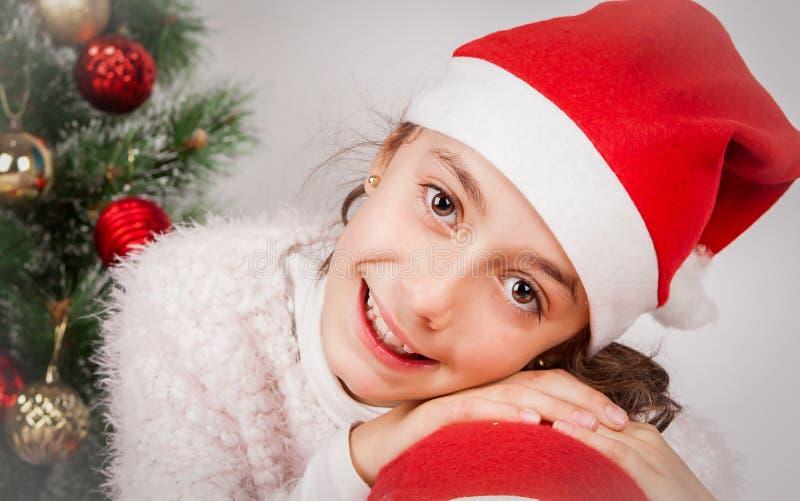 Niña con el sombrero de santa que sonríe en estudio imágenes de archivo libres de regalías