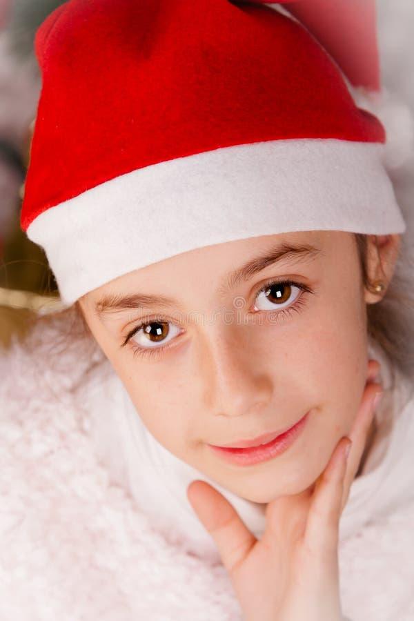 Niña con el sombrero de santa que sonríe en estudio fotografía de archivo libre de regalías