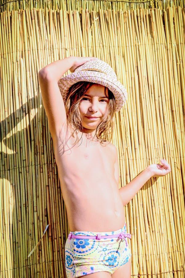 Niña con el sombrero del verano fotografía de archivo libre de regalías