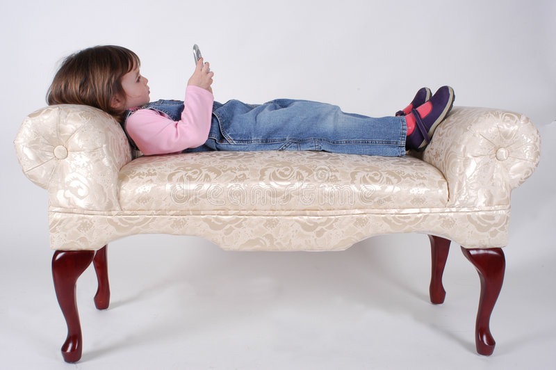 Niña con el teléfono fotos de archivo libres de regalías