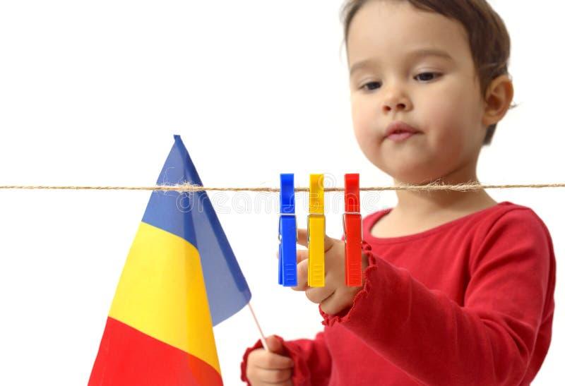 Niña con la bandera rumana en blanco imagen de archivo
