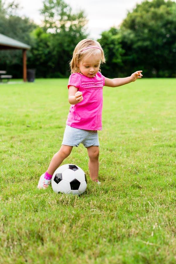 Niña con la bola del fútbol del fútbol fotos de archivo