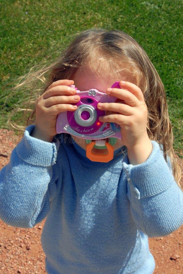 Niña con la cámara del juguete foto de archivo libre de regalías