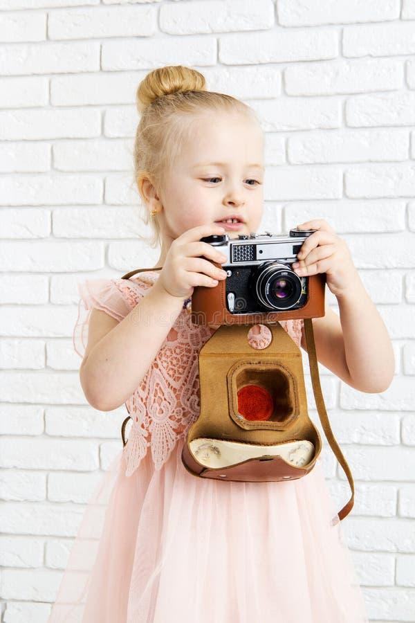 Niña con la cámara retra a disposición imagen de archivo libre de regalías