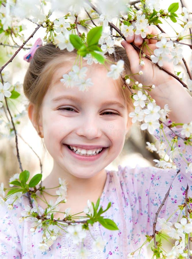 Niña con la floración del arbusto fotografía de archivo